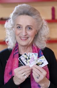 Elfriede Jahn mit Karten